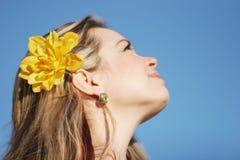 Hübsche Frau mit Blume Lizenzfreie Stockfotos