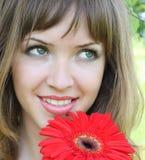 Hübsche Frau mit Blume Stockfoto