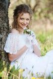 Hübsche Frau mit Blume im Park Lizenzfreies Stockfoto