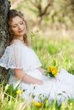 Hübsche Frau mit Blume im Park Lizenzfreie Stockbilder