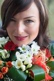 Hübsche Frau mit Blumen Stockfoto