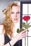 Hübsche Frau mit Blumen Stockfotografie