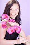 Hübsche Frau mit Blumen Lizenzfreies Stockfoto
