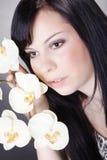 Hübsche Frau mit Blumen Lizenzfreies Stockbild
