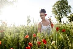 Hübsche Frau mit Blumenstrauß Stockfotografie