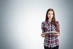 Hübsche Frau mit Buch Stockfoto