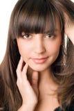 Hübsche Frau mit dem dunklen Haar und den braunen Augen Stockbild