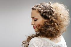 Hübsche Frau mit dem gelockten Haar Stockfoto