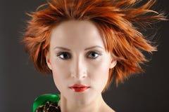 Hübsche Frau mit dem gesunden roten Flugwesenhaar Stockfotografie