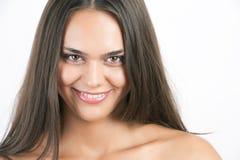 Hübsche Frau mit dem lang geraden braunen Haar Stockbild