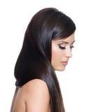 Hübsche Frau mit dem lang geraden braunen Haar Stockfotos