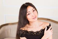 Hübsche Frau mit dem langen braunen Haar, das betrachtet Lizenzfreies Stockfoto