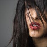 Hübsche Frau mit dem langen Haar lizenzfreie stockfotografie