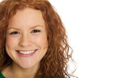 Hübsche Frau mit dem roten Haar und den Freckles Stockfotografie