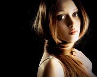 Hübsche Frau mit dem sehr langen Haar Lizenzfreie Stockfotografie