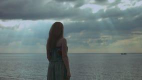 Hübsche Frau mit den breiten Armen öffnen sich auf dem Strand stock video