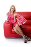 Hübsche Frau mit den Einkaufstaschen lokalisiert auf Weiß stockbilder