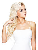 Hübsche Frau mit den langen blonden gelockten Haaren Stockfoto
