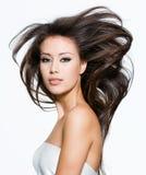 Hübsche Frau mit den schönen langen braunen Haaren stockfotografie