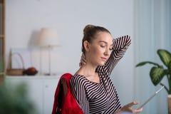 Hübsche Frau mit digitaler Tablette Stockbild