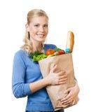 Hübsche Frau mit einem Beutel voll vom gesunden Essen Lizenzfreie Stockbilder