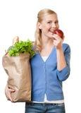 Hübsche Frau mit einem Beutel voll von der gesunden Nahrung Lizenzfreies Stockfoto