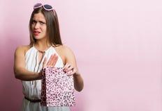 Hübsche Frau mit einer Einkaufstasche Stockfotos