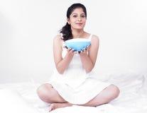 Hübsche Frau mit einer Schüssel Suppe Stockfoto