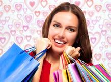 Hübsche Frau mit Einkaufenbeuteln stockfoto