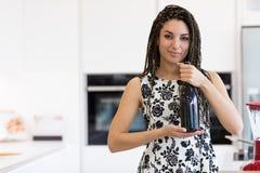 Hübsche Frau mit Flasche der Rebe Stockbilder