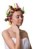 Hübsche Frau mit geschlossenen Augen und Lockenwicklern auf Haar lizenzfreie stockfotografie
