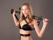 Hübsche Frau mit Gewehr Lizenzfreie Stockbilder