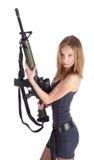 Hübsche Frau mit Gewehr Stockfotos