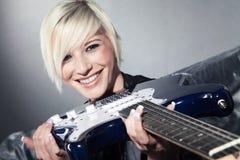 Hübsche Frau mit Gitarre Lizenzfreies Stockfoto