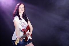 Hübsche Frau mit Gitarre Stockfotografie