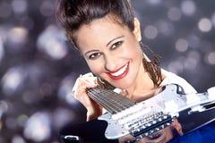 Hübsche Frau mit Gitarre Stockfotos