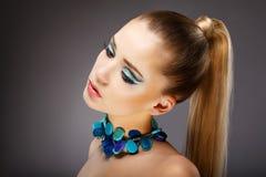 Faszination. Profil der sinnlichen Frau mit glasig-glänzenden grün-blauen Juwelen. Entspannen Sie sich Lizenzfreies Stockfoto