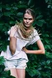 Hübsche Frau mit Halskette auf Natur Lizenzfreies Stockfoto