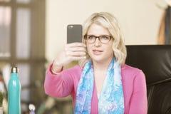 Hübsche Frau mit intelligentem Telefon stockfotografie