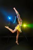 Hübsche Frau mit langem Tanzen des dunklen Haares Stockfoto