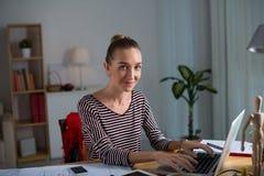 Hübsche Frau mit Laptop Stockfotografie