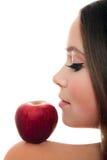 Hübsche Frau mit rotem Apfel Lizenzfreie Stockbilder