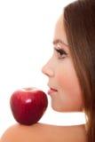 Hübsche Frau mit rotem Apfel Stockbild