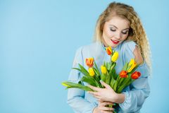 Hübsche Frau mit rotem gelbem Tulpenbündel Stockfotos