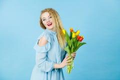 Hübsche Frau mit rotem gelbem Tulpenbündel Lizenzfreie Stockfotos