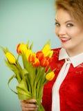 Hübsche Frau mit rotem gelbem Tulpenbündel Lizenzfreies Stockbild