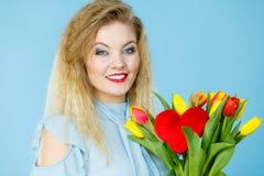 Hübsche Frau mit rotem gelbem Tulpenbündel Stockbilder