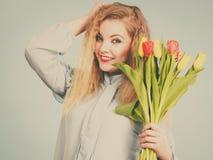 Hübsche Frau mit rotem gelbem Tulpenbündel Stockbild