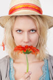 Hübsche Frau mit roter Blume Stockfotografie