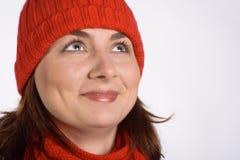 Hübsche Frau mit roter Schutzkappe Stockfoto